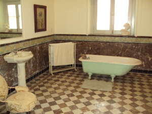 Queen's Bath Room