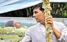 Akshay Kumar with the Dead Body In Glass Casket